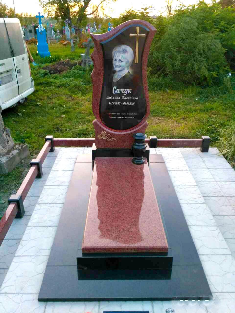 памятник з червоного каменю