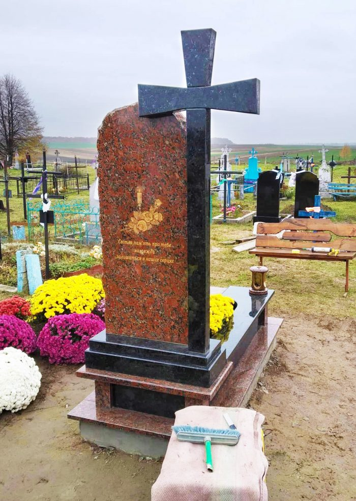 памятник з червоного граніту