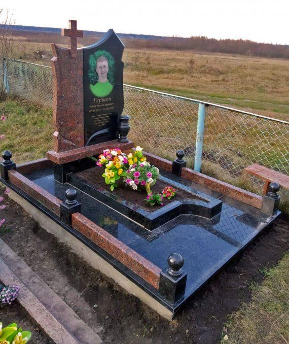 надгробний памятник з оградкою