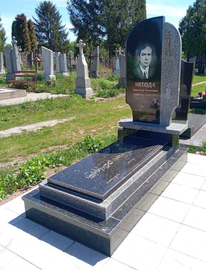 памятник із сірого граніту