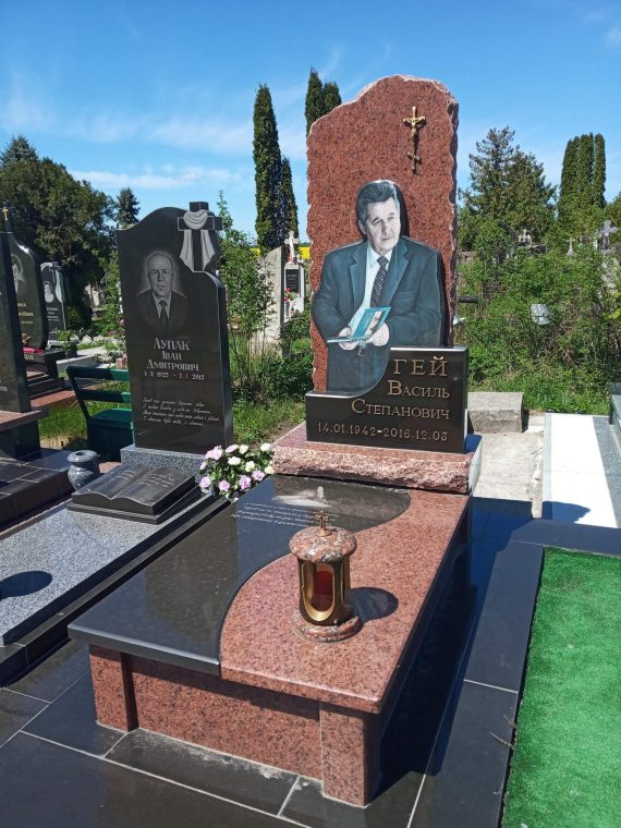 надгробний памятник письменнику
