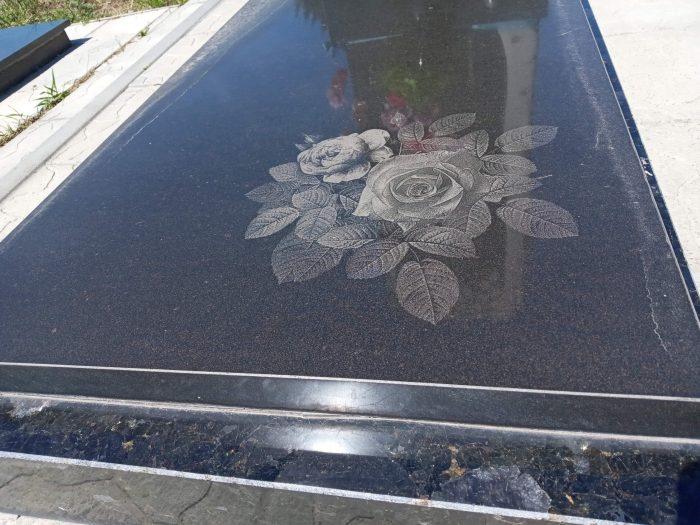 художня робота на памятнику луцьк троянди на памятнику
